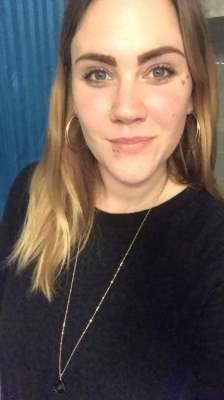 Smilende ung kvinde på 28 år