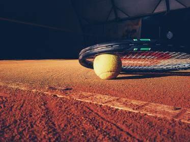 Spille tennis